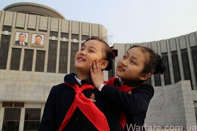 Зин Ми (справа) с подружкой в лучах пхеньянского солнца