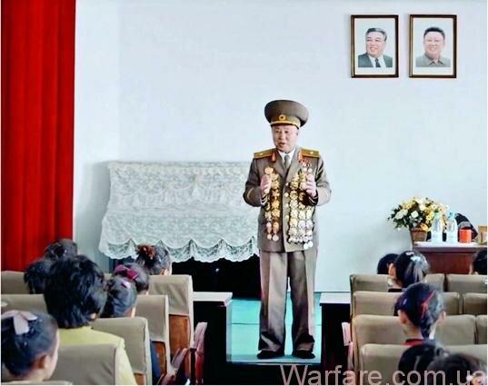 Ветеран неизвестно какой войны (последняя война в Северной Корее закончилась 60 лет назад) рассказывает школьницам, как сбивал пулеметом американские самолеты, – этому его научил отважный вождь.